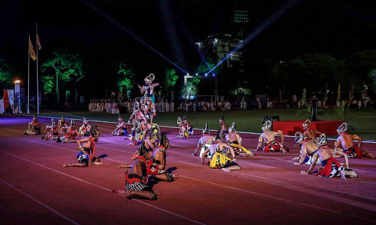 Pertunjukan kesenian tradisional ditampilkan Pemkot Surakarta sebagai pembuka Porprov Jateng XV Tahun 2018 di Stadion Sriwedari